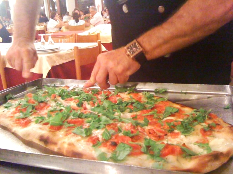 The famous Pizza a metro, a favorite with locals, this restaurant has been serving since the 1930's