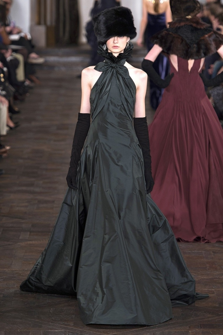 The new collection was inspired in the Russian sobriety using the dark night black along with Bordeaux, Prussian Blues, forest green and amethyst.